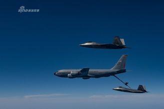 美军F22空中加油训练拍成大片