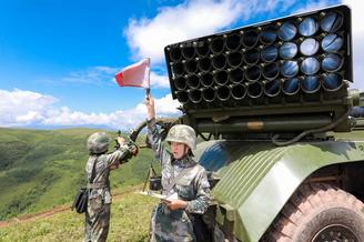 陆军女子炮兵轻松玩转火箭炮