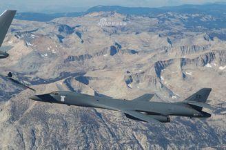 美国空军测试KC46空中加油B1B