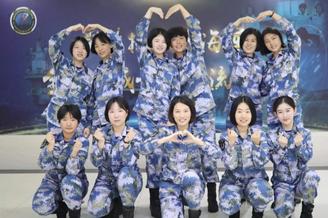 海军陆战队女兵反恐演练隐身术