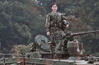 韩军女坦克兵面容坚毅有杀气
