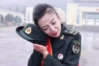 陆军文艺女兵退役告别部队