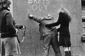 爱尔兰共和军女兵正在设卡检查