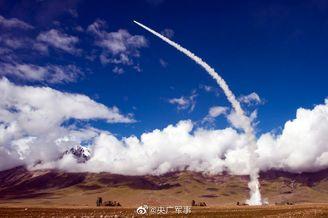 西藏军区举行实兵演练