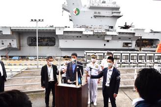 日本防卫相登上英国航母