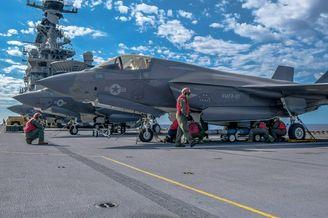 美军为F-35B战斗机挂弹