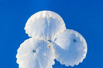 雪枫旅特战女兵首次跳伞成功