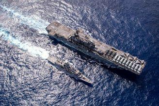 美两栖攻击舰甲板上停满舰载机