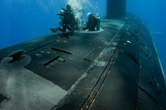 影像:美军潜水员潜入核潜艇