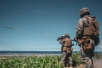 美军在冲绳基地练习发射导弹