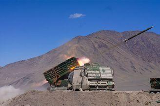新疆军区新型火箭炮实弹射击
