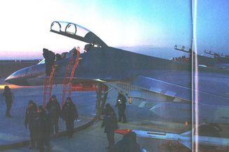 我军歼16战机携挂霹雳12空空弹