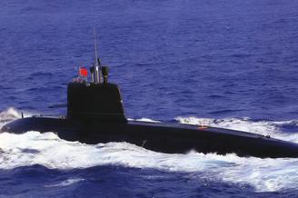 我军039B潜艇出海巡疆劈波斩浪