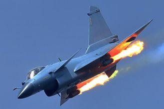 我军歼-10B空战实训猛打火箭弹