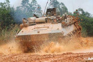 我战士驾驶63式装甲车纵横泥潭