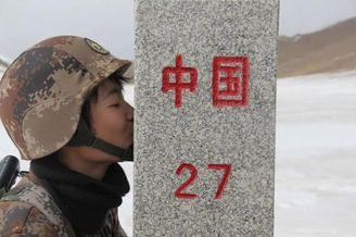 新疆女兵首次走上边关巡逻路