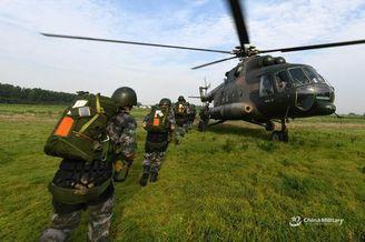 我米17直升机载特战队突袭伞降