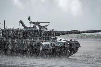 日本富士演習兩款坦克雨中上陣