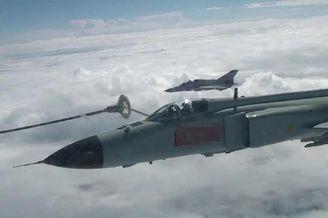 我海航歼8战机勤练空中加受油