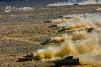 我军99坦克和04战车高原突击