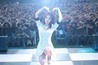 韩国美腿女团劳军秀性感舞姿