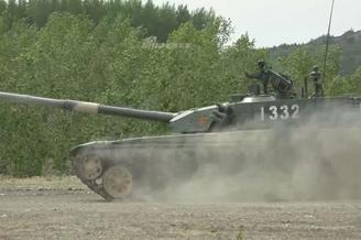 陸軍某部99坦克集群行進間射擊