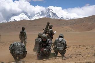 西藏步兵嫻熟操作82迫指哪打哪