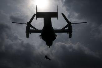 驻冲绳美军鱼鹰旋翼机夜间训练
