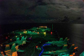 美军双航母在南海周边起降训练