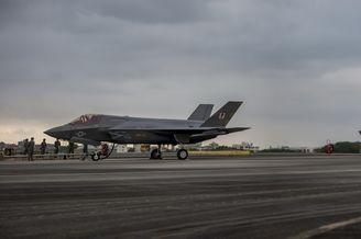 驻日美军F35双机编队快速起飞