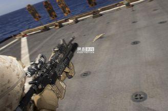 美陆战队在登陆舰上实弹射击