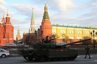俄装甲部队进行胜利日阅兵彩排