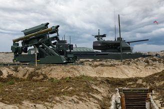 俄罗斯军演出动战斗机器人