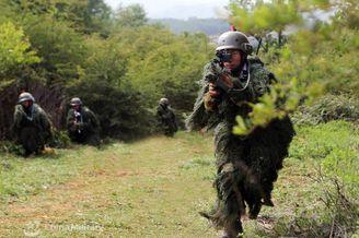 我海军陆战队穿吉利服特战训练