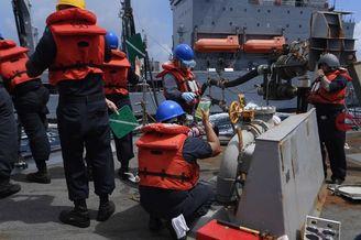 美军舰南海横向补给欲长期逗留