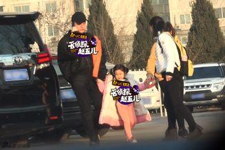 贾乃亮李小璐带甜馨玩耍