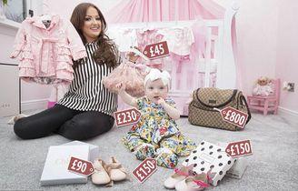母亲为女儿购买奢侈童装