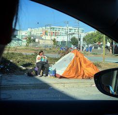 旧金山一条高速旁边,一个无家可归的阿姨坐在她的帐篷前看书,旁若无人。 http://t.cn/RxnVCAd 