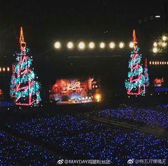 ╭(╯^╰)╮我就秀秀我的耳环和我家idol的圣诞树[笑哈哈][笑哈哈][笑哈哈]      平安夜快乐