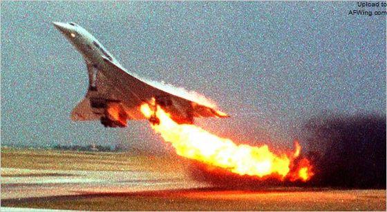 而是因为被跑道上别的飞机掉落的金属零件割破轮胎