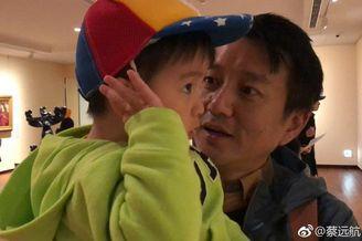蔡远航带儿子一起看画展