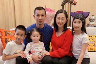 赵文卓携三子女为妻子庆生
