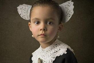 摄影师为女儿拍油画照片